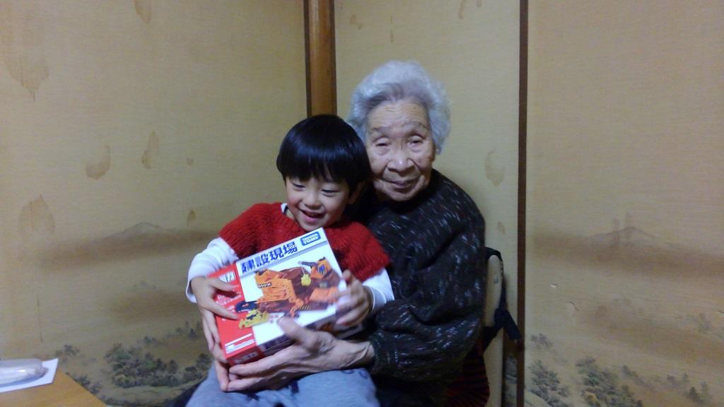 トミカのアクション建設現場と息子と祖母